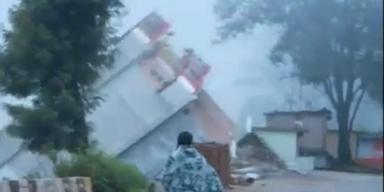 Indien: Haus stürzt in reißenden Fluß