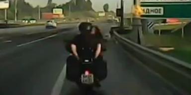 Pärchen beim Sex am Motorrad gefilmt