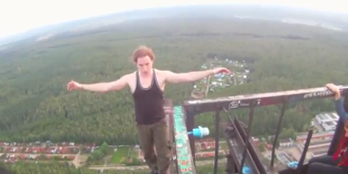 Irre: Russe balanciert in über 100 Metern Höhe