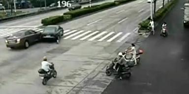 China: Hund verursacht heftigen Autounfall