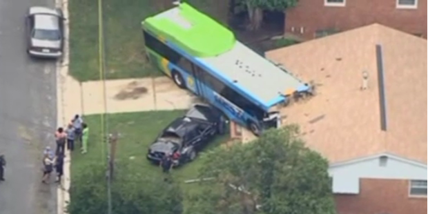 Autobus rast mit voller Wucht in Wohnzimmer