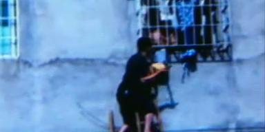 China: Kleinkind steckte in Fensterschlitz fest