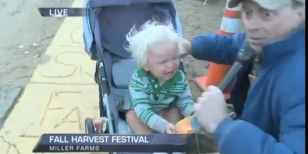 Reporter bringt Baby zum Weinen