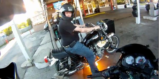 Unfassbar: Motorrad entflammt auf Tankstelle