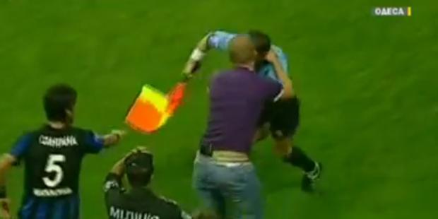 Wütender Zuschauer würgt Schiedsrichter