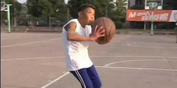 Basketball-Oma wirft über 200 Körbe am Tag