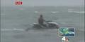 Irrer rast mit Jetski durch Hurrikan