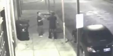 Mann entwaffnet Räuber mit Schrotflinte