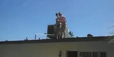 Mädchen verfehlt bei Sprung von Dach das Pool