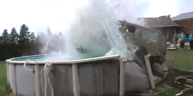 Kanadier rasen mit Jeep in Swimming Pool