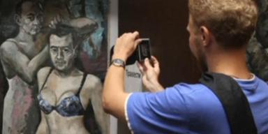 Putin in Dessous: Künstler muss nach Eklat fliehen