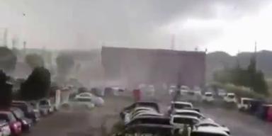 Schock-Video: Tornado fegt über Schule hinweg