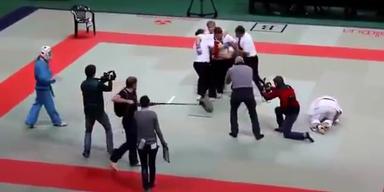 Brutal: Karate-Schiri geht auf Kämpfer los