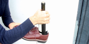 Lifehack: Weinflasche mit Schuh öffnen