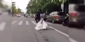 Bräutigam verliert Braut auf Moped