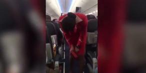 Fußballfans verunsichern Stewardess