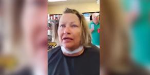 Verrückte Frau attackiert Kunden