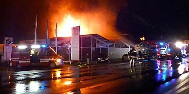 Großbrand zerstört Autohaus in Vöcklabruck
