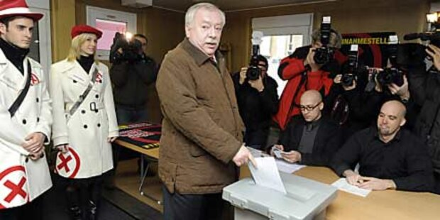 Häupl gibt seinen Stimmzettel ab