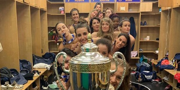 Volleyballerinnen feiern Titel mit 'Nackt-Party'