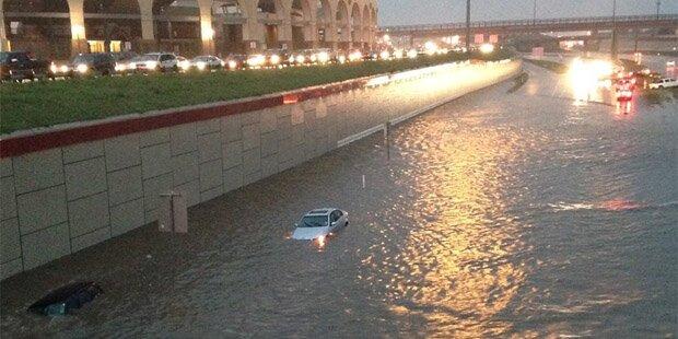 Autos gehen in Regenfluten unter