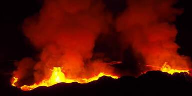 Drohne filmt direkt in Vulkan-Krater rein