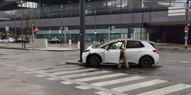 Neues E-Auto vor Wiener Hauptbahnhof geschrottet