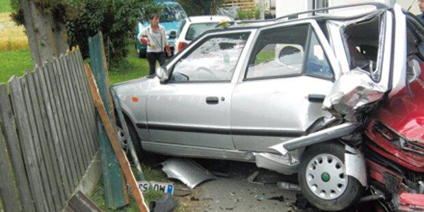 Pkw schießt Auto durch ein Carport