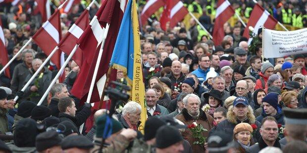 Waffen-SS-Veteranen marschieren durch Riga