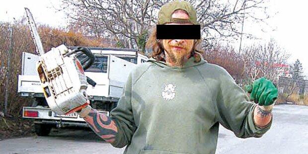 NÖ: Polizei fängt nackten Waffen-Narren