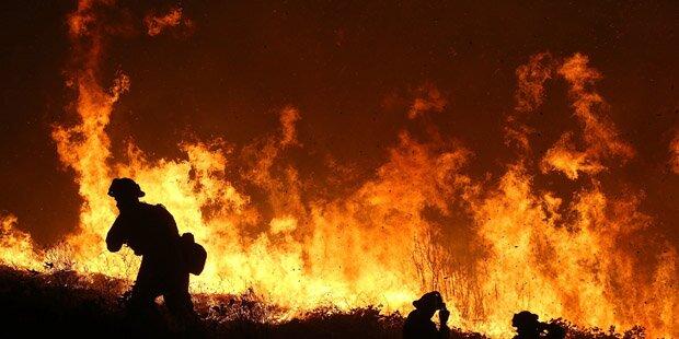 Waldbrand bedroht mehr als 2.000 Häuser