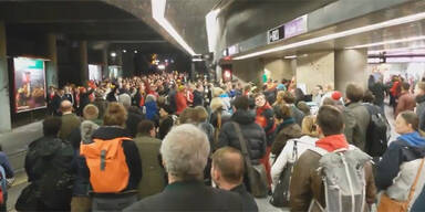 Video: Wales-Fans blockieren Innenstadt