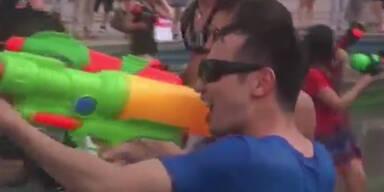 Mit Wasserpistolen gegen die Hitze