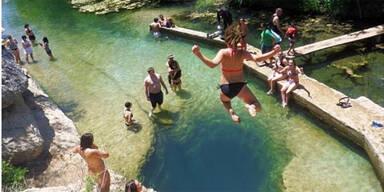 Irrer Sprung in 46 Meter tiefes Wasserloch