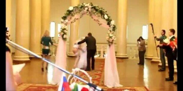 Hoppala: Braut stolpert und steht unten ohne da