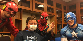 AKH: Superhelden erklettern das Krankenhaus