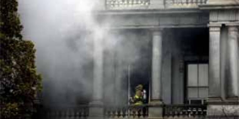 Nebengebäude des Weißen Hauses brennt