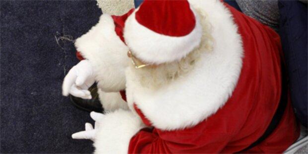 Pfarrer hängt Santa Claus vor Kirche auf