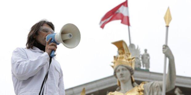 Skandal-Künstler besetzt Parlament