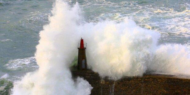 Monsterwelle reißt 150 Menschen ins Meer