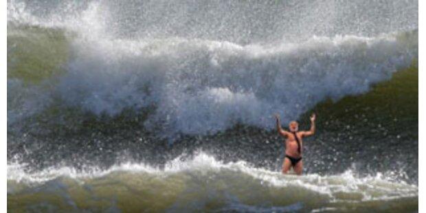 Riesenwellen rissen Menschen in USA ins Meer