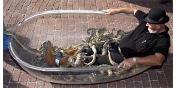 Texaner mit 87 Klapperschlangen in der Wanne