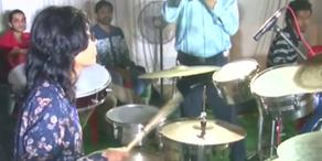 Frau spielt 31 Stunden Schlagzeug