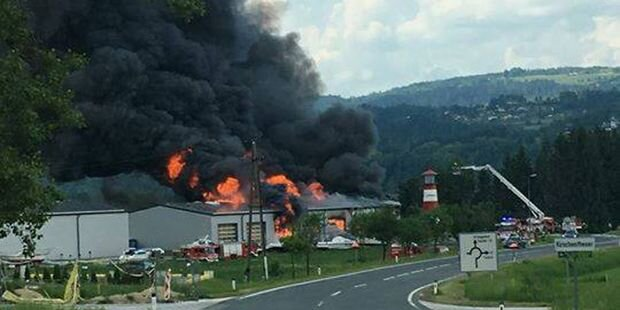 Feuer-Alarm in Kärnten: Werft in Flammen
