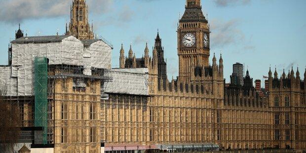 Mann macht es sich auf Parlamentsdach bequem