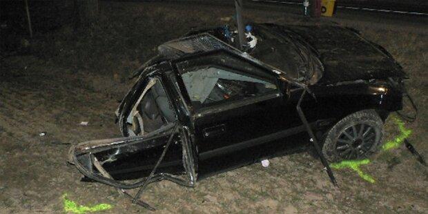 Auto rast in Baum - In zwei Teile zerissen