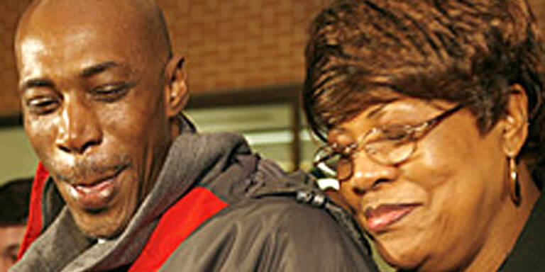 Willie Williams (hier mit seiner Mutter) verlässt das Gefängnis in Atlanta. (c)Atlanta Journal - Constitution