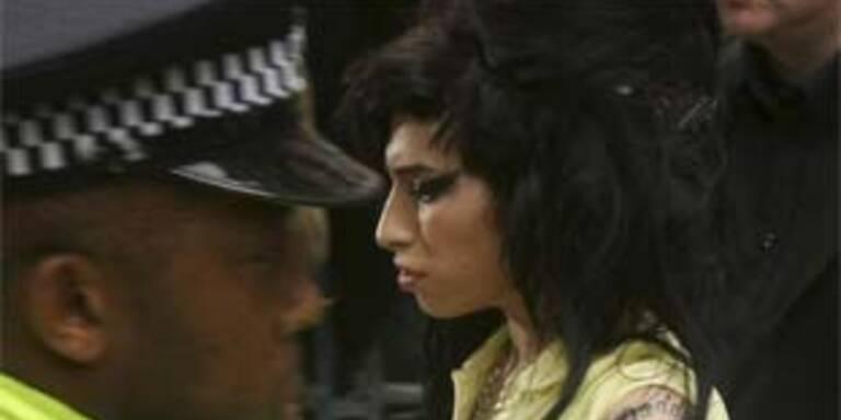 Amy Winehouse auf dem Weg zur Polizeiwache