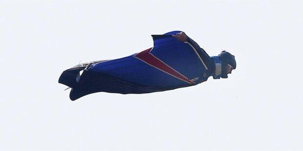 Stuntman springt ohne Fallschirm aus Heli