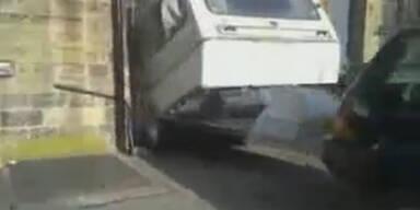 Video: Wohnwagen beim Ausparken zerstört